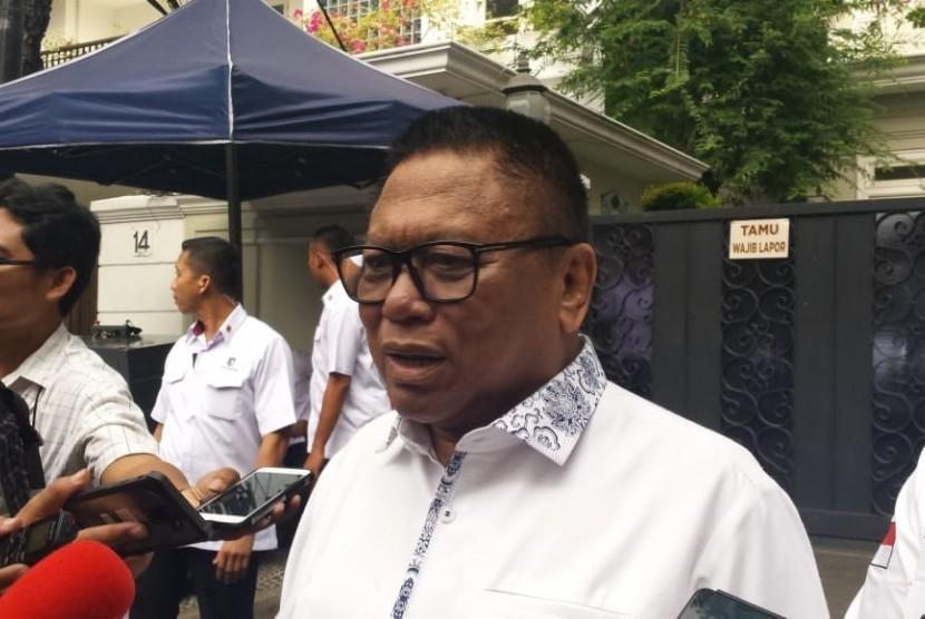 Ketua DPD RI, Oesman Sapta Odang memberikan keterangan kepada awak media saat berkunjung ke kediaman KH. Maruf Amin di Jalan Situbondo, Menteng Jakarta Pusat, Jumat (5/7).