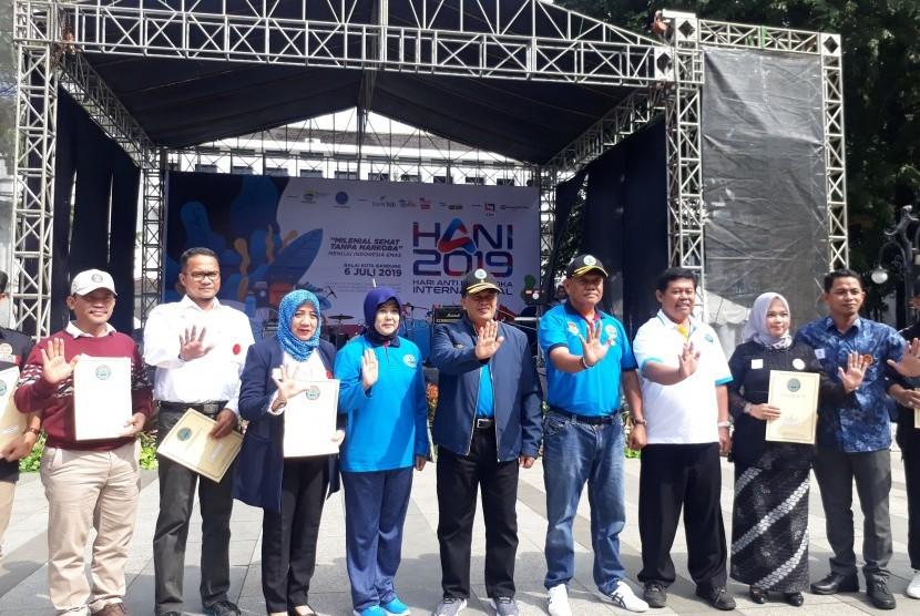 BNN dan Pemkot Bandung memberikan penghargaan kepada pegiat anti narkoba  dalam rangka peringatan Hari Anti Narkotika Internasional (HANI) 2019.