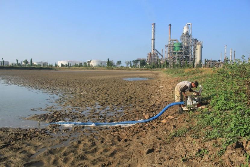 Petani memompa air dari telaga Balong di Balongan, Indramayu, Jawa Barat, Sabtu (6/7/2019).