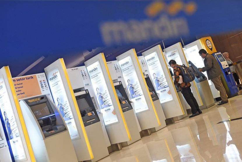 Nasabah bertransaksi di anjungan tunai mandiri (ATM) Bank Mandiri, Jakarta. (ilustrasi)