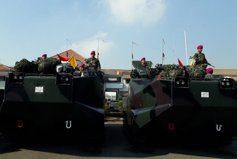 TNI Angkatan Laut melaksanakan Gelar Kesiapan Pasukan dalam rangka Manuvra Lapangan (Manlap) latihan tertinggi TNI AL Armada Jaya XXXVII Tahun 2019 di Dermaga Ujung Komando Armada (Koarmada) II Surabaya, Selasa (9/7). Apel yang digelar dipimpin langsung Kepala Staf Angkatan Laut (Kasal) Laksamana TNI Siwi Sukma Adji