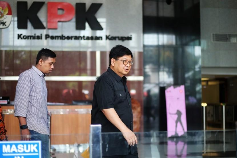 Mantan Menteri BUMN Laksamana Sukardi (kanan) berjalan meninggalkan Gedung KPK seusai menjalani pemeriksaan di Jakarta, Rabu (10/7/2019).