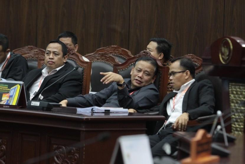 Ketua Bawaslu Abhan (tengah) selaku pemberi keterangan perkara sengketa hasil Pileg 2019 hadir dalam sidang pendahuluan sengketa hasil Pemilu Legislatif 2019 di gedung MK, Jakarta, Rabu (10/7/2019).
