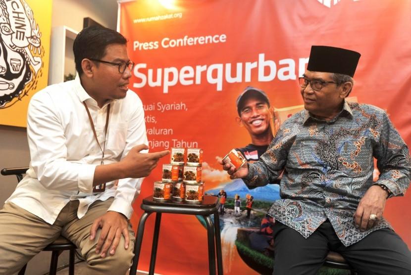 CEO Rumah Zakat Nur Efendi (kiri) berbincang dengan Ketua Komisi Fatwa MUI Hasanuddin AF, saat penyampaian program Superqurban sebagai solusi dalam ketahanan pangan dan pemenuhan gizi masyarakat yang terkena bencana, di Jakarta, Rabu (10/7/2019).