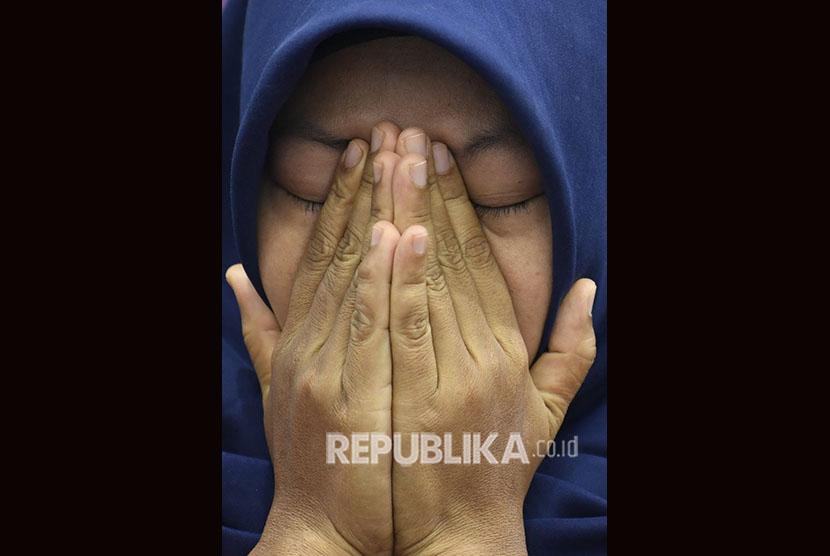 Terpidana kasus pelanggaran Undang-Undang Transaksi dan Informasi Elektronik (UU ITE), Baiq Nuril Maknun menyeka air mata saat menjawab pertanyaan wartawan pada Forum Legislasi bertema 'Baiq Nuril Ajukan Amnesti , DPR Setuju?' di Kompleks Parlemen Senayan, Jakarta, Rabu (10/7/2019).