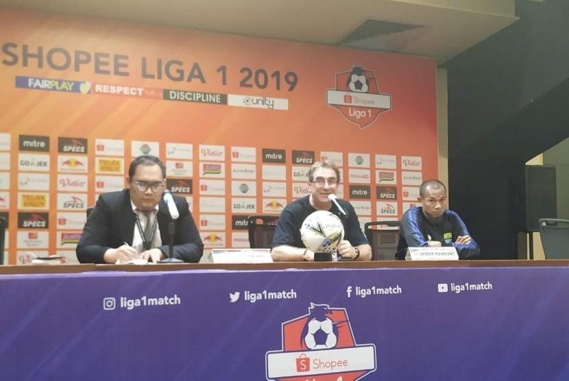 Pelatih Persib, Robert Rene Alberts (tengah) dan kapten tim Persib, Supardi di SU GBK, Jakarta, Rabu (10/7).