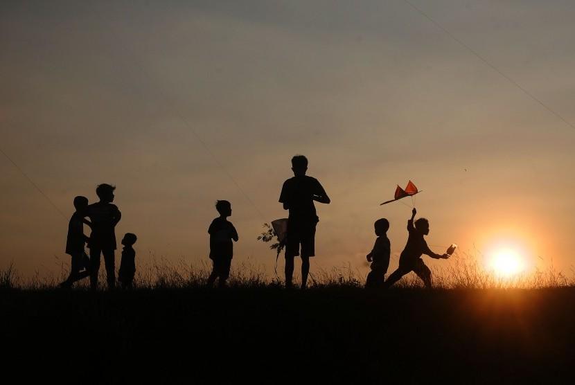 Sejumlah anak bermain layang-layang di persawahan Desa Undaan, Kudus, Jawa Tengah, Rabu (10/7/2019).