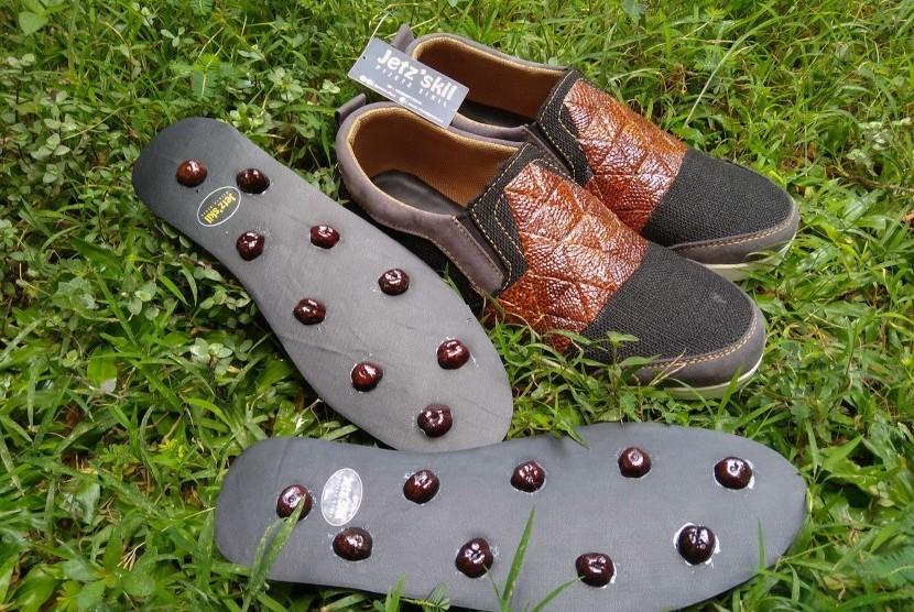 Sepatu kesehatan yang dikembangkan dari limbah salak oleh sejumlah  mahasiswa Universitas Negeri Yogyakarta (UNY).