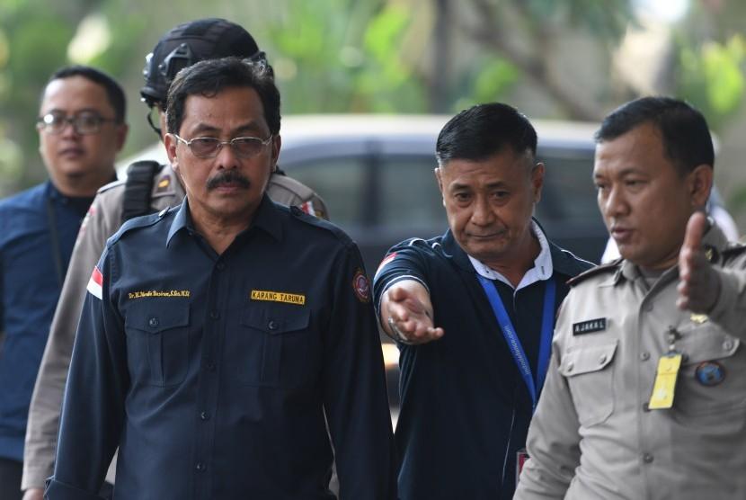 Gubernur Kepulauan Riau Nurdin Basirun (kiri) berjalan menuju ruang pemeriksaan saat tiba di gedung KPK, Jakarta, Kamis (11/7/2019).