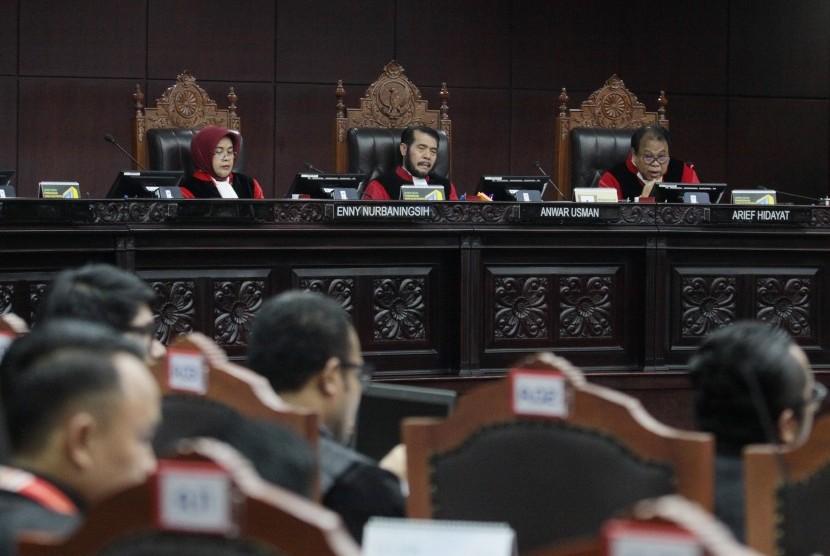 Ketua Mahkamah Konsititusi (MK) Anwar Usman (tengah) didampingi dua hakim konstitusi Enny Nurbaningsih (kiri) dan Arief Hidayat (kanan) saat memimpin sidang pendahuluan sengketa hasil Pemilu Legislatif 2019 di gedung MK, Jakarta, Kamis (11/7/2019).