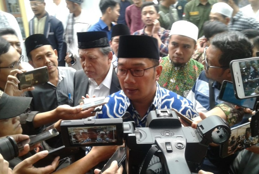 Gubernur Jabar Ridwan Kamil saat diwawancarai wartawan di Universitas Siliwangi, Kota Tasikmalaya, Jumat (12/7).