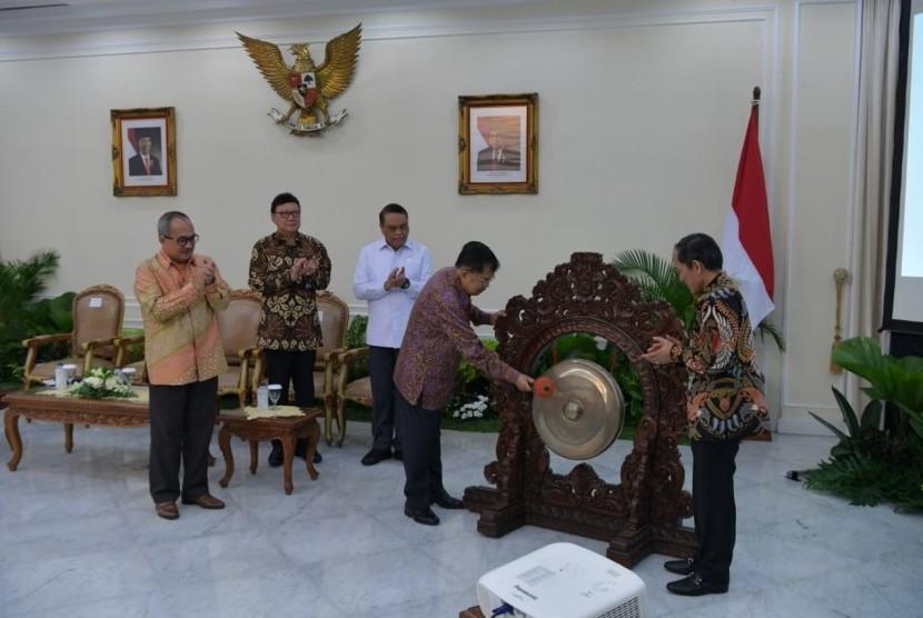 Wakil Presiden Jusuf Kalla saat meresmikan pembukaan Rating Kota Cerdas Indonesia di Istana Wakil Presiden, Jakarta, Jumat (12/7).