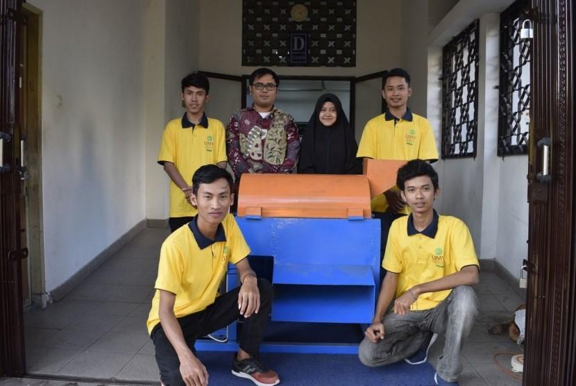 Tim PKM-T Pespa UMY menunjukkan mesin pencacah serabut kelapa yang  berhasil diinovasi menjadi lebih ramah lingkungan.