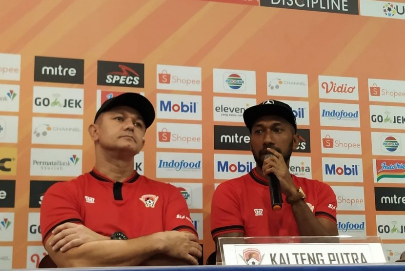 Pelatih Kalteng Putra Gomes de Oliviera (kiri) dan pemain Kalteng Putra Patrich Wanggai (kanan) di Graha Persib, Jalan Sulanjana, Kota Bandung, Senin (15/7).