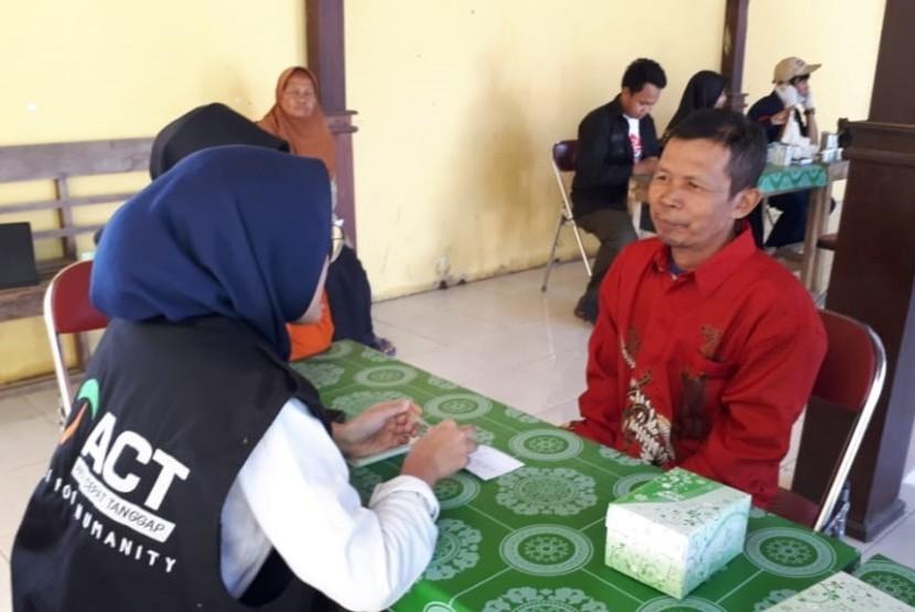 Tim Medis Aksi Cepat Tanggap (ACT) Solo menggelar aksi konseling gizi dan pengecekan kesehatan gratis di Desa Jatirejo, Kecamatan Ngargoyoso, Kabupaten Karanganyar, Jawa Tengah, Ahad (14/7).