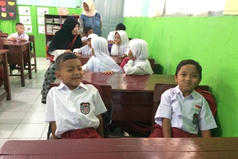 Orang tua mengantar anak pada hari pertama masuk sekolah di Kompleks SD Pengadilan, Kelurahan Tawangsari, Kecamatan Tawang, Kota Tasikmalaya, Senin (15/7).
