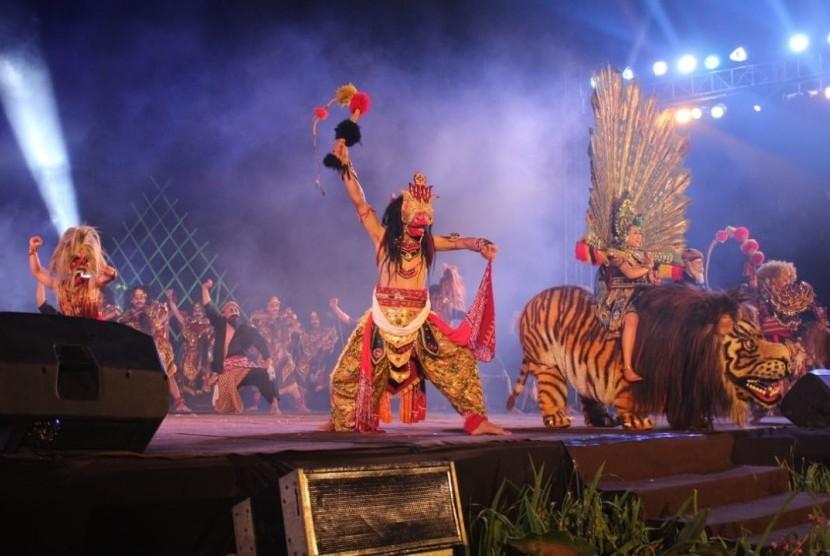 Para penari dari dalam dan luar negeri turut memeriahkan Java International Folklore (Jifolk), Festival Sindoro-Sumbing di Temanggung, Jawa Tengah, Ahad (14/7) malam.