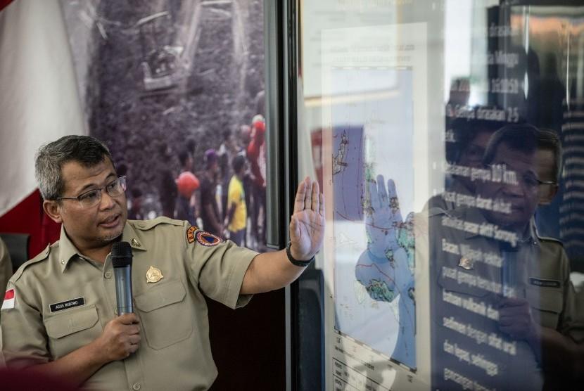 Plh Kepala Pusat Data Informasi dan Humas BNPB Agus Wibowo memberikan pemaparan mengenai dampak dan penanganan darurat gempa bumi Halmahera saat konferensi pers, di Graha BNPB, Jakarta, Senin (15/7/2019).
