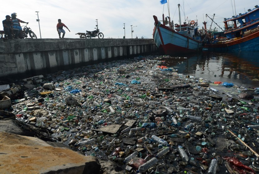 Tumpukan sampah botol plastik