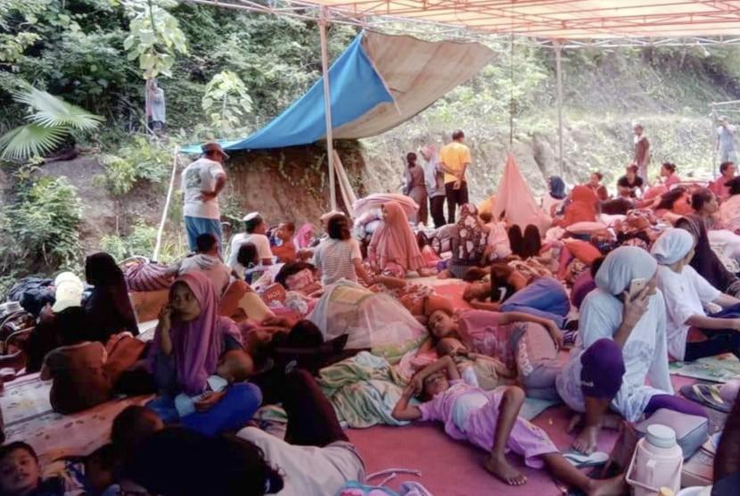 Warga mengungsi di tenda darurat pascagempa bumi di Desa Balita, Gane Barat, Halmahera Selatan, Maluku Utara, Senin (15/7/2019).