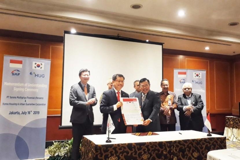 PT. Sarana Multigriya Finansial (Persero) atau SMF menandatangani kerja sama dengan Korean Housing and Urban Guarantee Corporation (HUG) di Hotel Borobudur, Jakarta, Selasa (16/7).