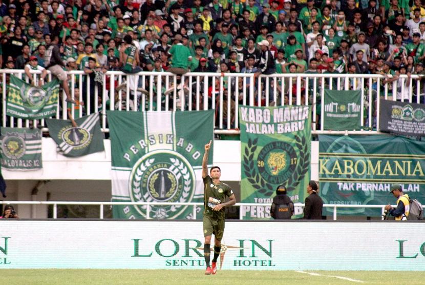 Pesepak bola Tira Persikabo Ciro Henrique Alvez melakukan selebrasi setelah mencetak go ke gawang dalam laga Liga 1 2019 di Stadion Pakansari, Bogor, Jawa Barat, Selasa (16/7/2019).