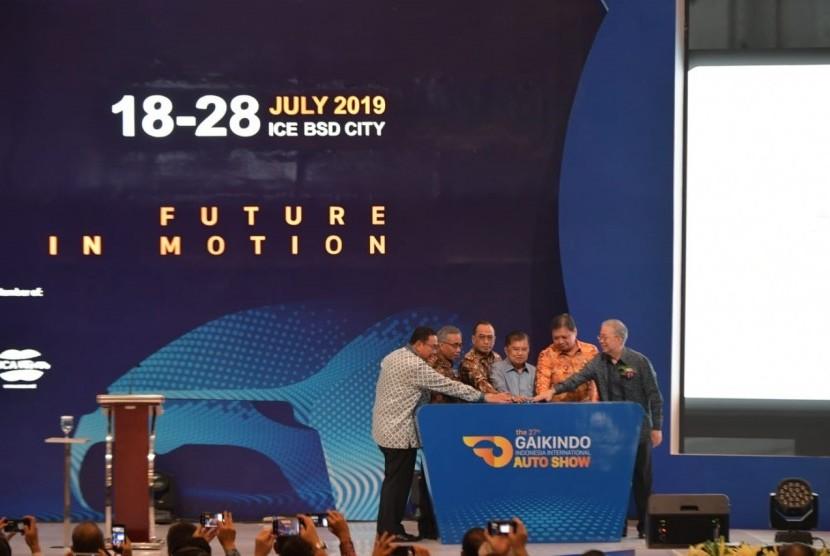 Wakil Presiden RI Jusuf Kalla membuka secara resmi pameran GAIKINDO Indonesia International Auto Show (GIIAS) 2019 di Indonesia Convention Exhibition (ICE) BSD, Tangerang, Kamis (18/7).