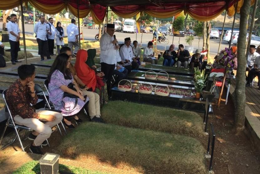 Badan Pengembangan Bahasa dan Perbukuan melakukan ziarah ke makam M. Tabrani, di TPU Tanah Kusir, Jakarta, Kamis (18/7).