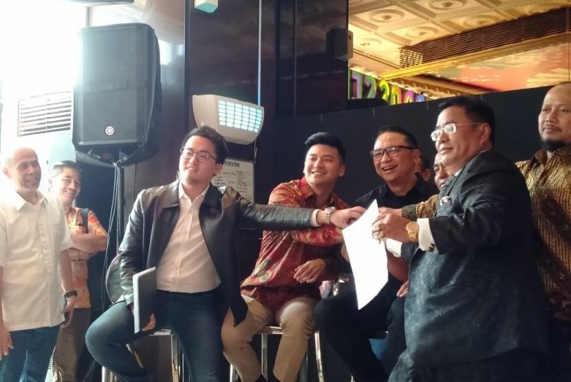 Direktur Utama Garuda Indonesia Ari Askhara dan Youtuber Rius Vernandes sepakat menyelesaikan persoalan mengenai unggahan Rius di akun Instagramnya secara damai, Jumat (19/7). Rahayu Subekti
