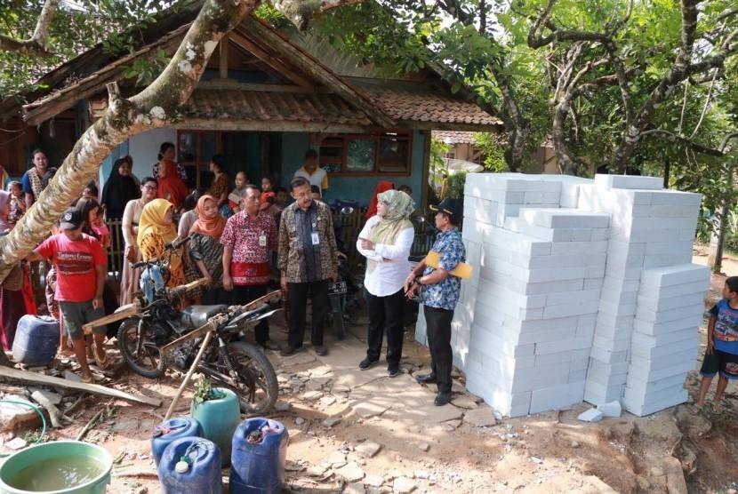 Kunjungan Bupati Pandeglang Irna Narulita ke SDN Karyabuana 3 tempat mengajar sekaligus tempat tinggal guru Nining, Rabu (18/7).