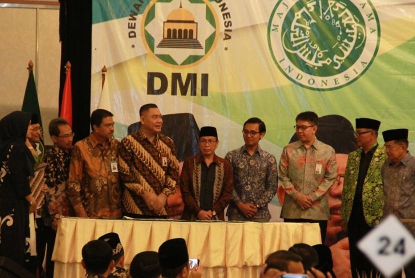 Direktur Utama BNI Syariah Abdullah Firman Wibowo (lima dari kiri) dalam acara nota kesepahaman MoU BNI Syariah dengan Dewan Masjid Indonesia. Penandatanganan nota kesepahaman ini dilakukan di Hotel Grand Sahid Jaya, Sudirman, Jakarta Pusat, Rabu (17/7).