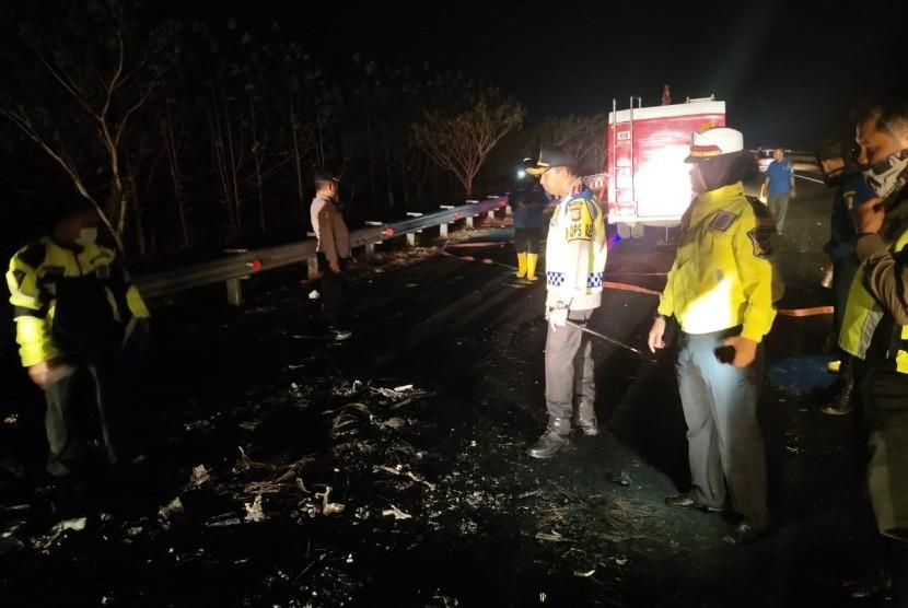Lima tewas dan tiga terluka dalam kecelakaan maut antara kendaraan Daihatsu Grand Max Pick Up dan Suzuki APV di jalan tol Cipali, KM 154.800 A Kabupaten Majalengka, Jumat (19/7) pukul 23.00 WIB.