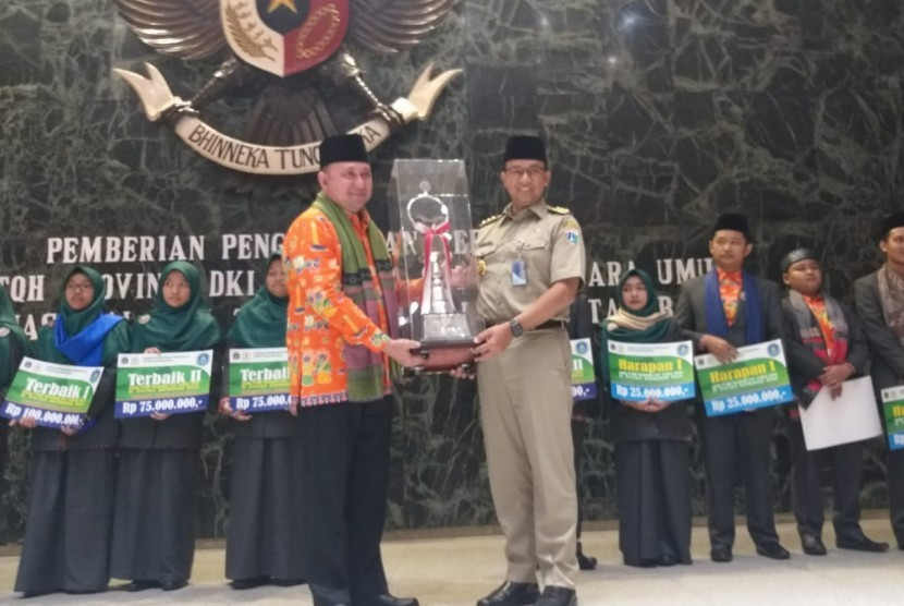 Gubernur DKI Jakarta Anies Rasyid Baswedan menyerahkan langsung bonus dan penghargaan Pemprov DKI Jakarta kepada para juara dari kafilah Ibu Kota dalam kompetisi STQH XXV, Balai Kota, Senin (22/7).