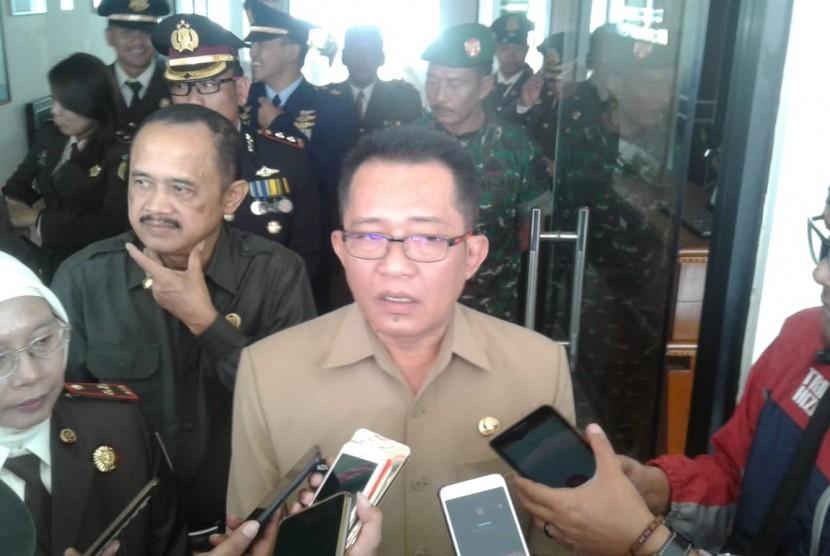Bupati Tasikmalaya Ade Sugianto saat diwawancarai wartawan, Senin (22/7).