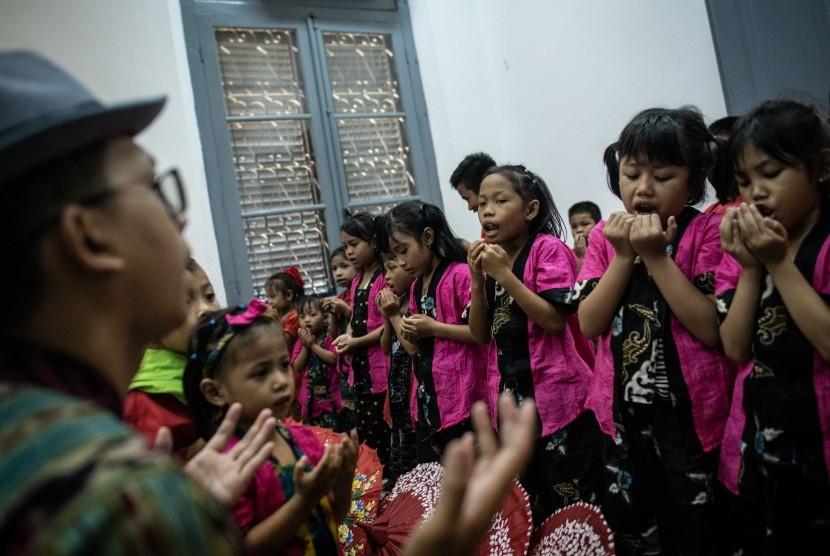 Sejumlah anak berdoa saat peringatan Hari Anak Nasional di Museum Kebangkitan Nasional, Jakarta, Selasa (23/7/2019).