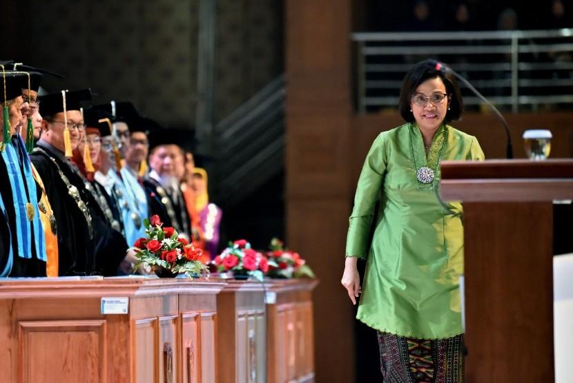 Menteri Keuangan Sri Mulyani Indrawati berjalan menuju mimbar untuk menyampaikan orasi ilmiah pada Dies Natalis Ke-38 Universitas PGRI Semarang, di Semarang, Jawa Tengah, Selasa (23/7/2019).