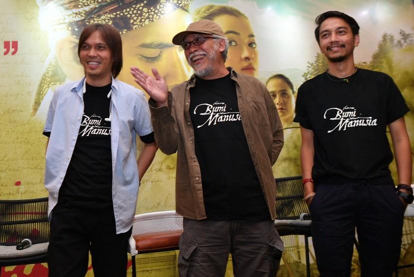 Para musisi Once Mekel (kiri), Iwan Fals (tengah) dan Fiersa Besari (kanan).