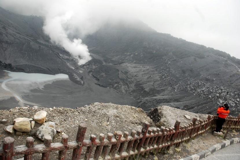 Petugas Badan Penanggulangan Bencana Daerah (BPBD), mengamati aktivitas Tremor Vulkanik di kawasan Gunung Tangkuban Parahu, Subang
