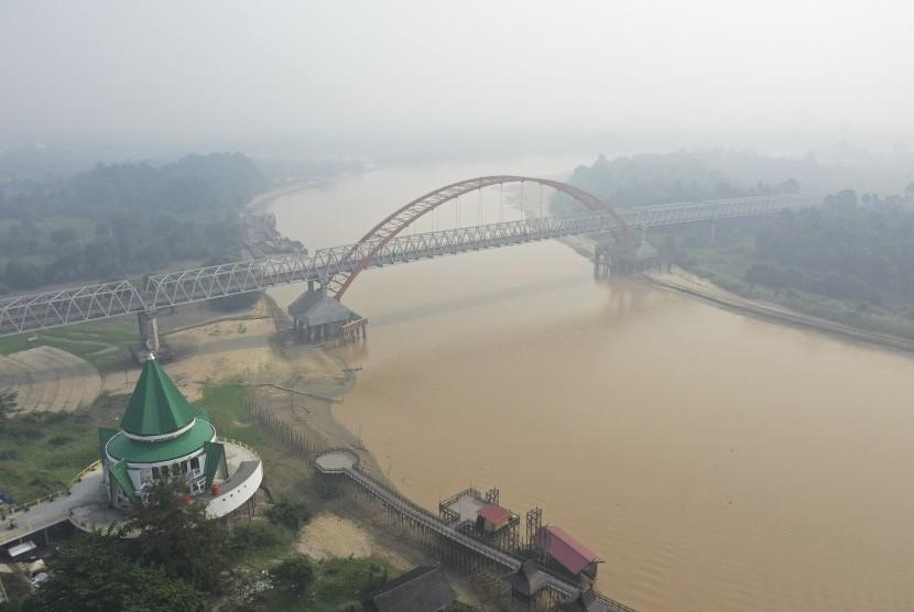 Foto udara Sungai Kahayan yang diselimuti kabut asap di Palangka Raya, Kalimantan Tengah, Jumat (26/7/2019).