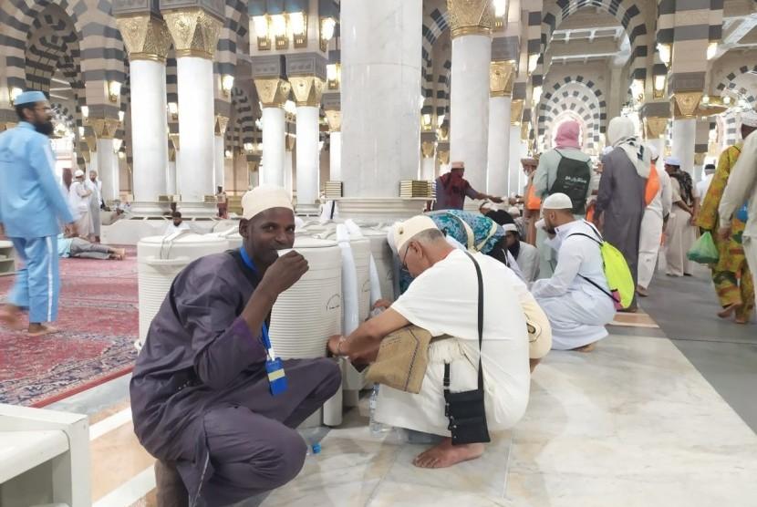 Sejumlah jamaah haji meminum air zamzam di Masjid Nabawi, Madinah, Sabtu (27/7). Sebagian jamaah membawa air zamzam ke pemondokannya untuk diminum di kamar.