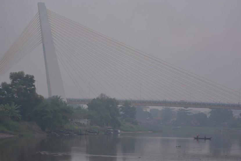 Kabut asap tipis menyelimuti Kota Pekanbaru, Riau, Ahad (28/7/2019).