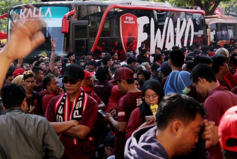 Sejumlah pendukung PSM Makassar menunggu penjelasan dari panitia pelaksana terkait penundaan Final Piala Indonesia 2019 di Stadion Andi Mattalatta, Makassar, Sulawesi Selatan, Ahad (28/7/2019).
