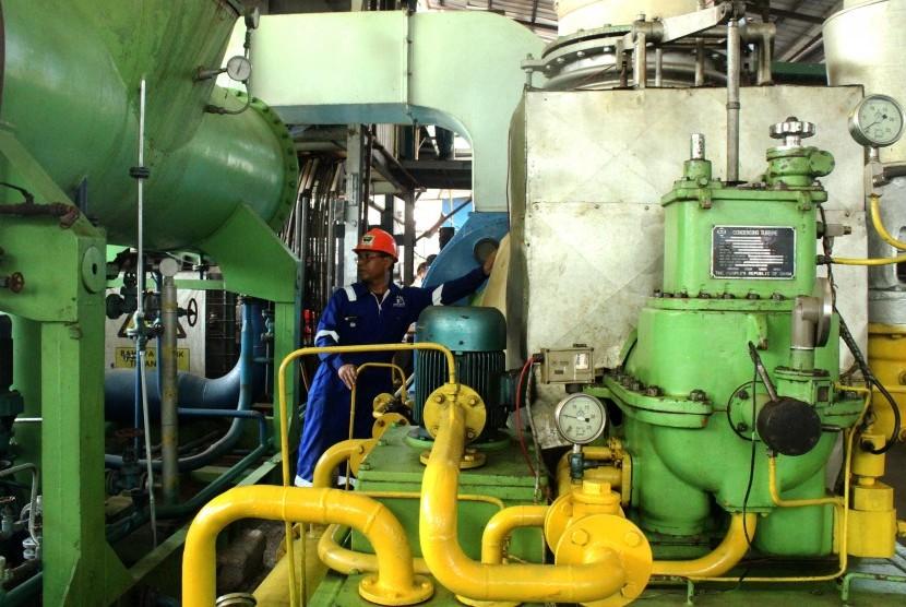 Pekerja memeriksa pengoperasian mesin instalasi Pembangkit Listrik Tenaga Sampah (PLTSa) Tempat Pembuangan Akhir (TPA) Sumur Batu saat uji coba di Bekasi, Jawa Barat, Jumat (2/8/2019).