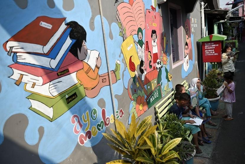 Sejumlah anak membaca buku yang dipinjamkan secara gratis  (ilustrasi)
