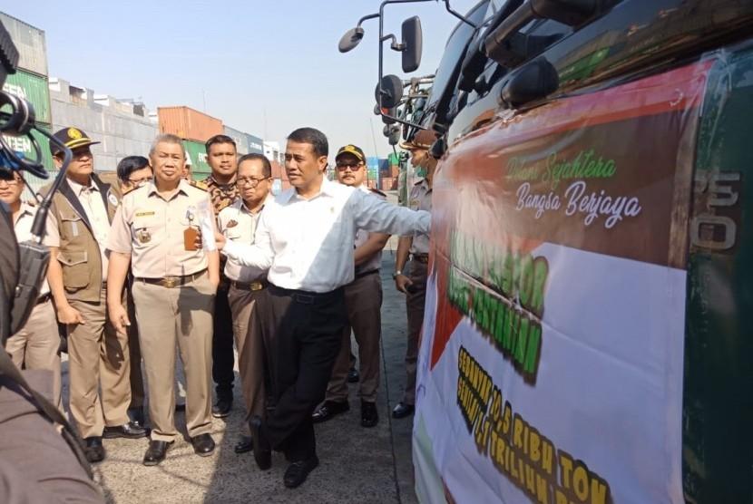 Menteri Pertanian Andi Amran Sulaiman saat melepas ekspor 50 komoditas pertanian, di Pelabuhan Tanjung Priok, Jakarta, Selasa (6/8). Adapun nilai ekspor Juli-Agustus itu sebesar Rp 1,1 triliun.