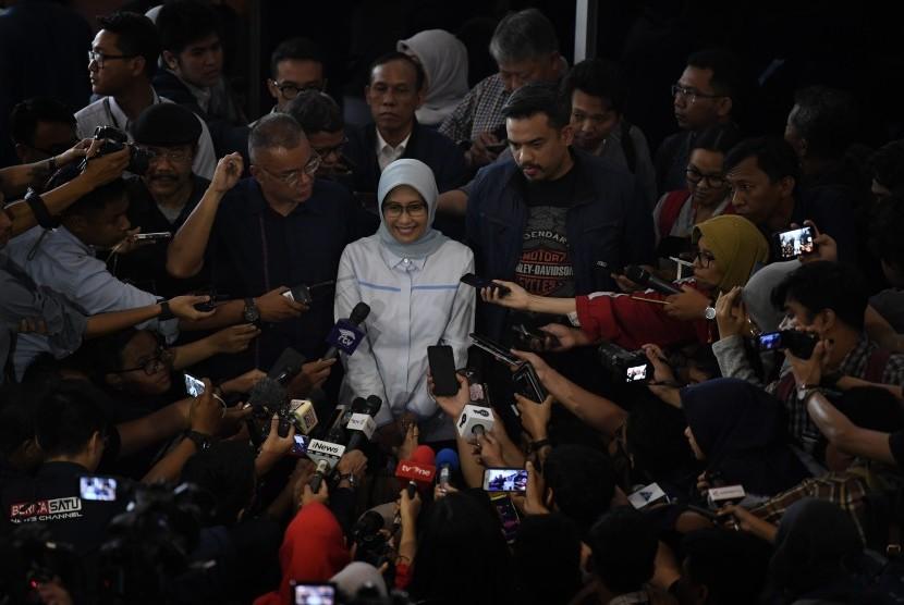 Plt Direktur Utama Perusahaan Listrik Negara (PLN) Sripeni Inten Cahyani (tengah) menyampaikan keterangan kepada wartawan usai bertemu dengan pimpinan Komisi VII DPR di Kompleks Parlemen Senayan, Jakarta, Selasa (6/8/2019).