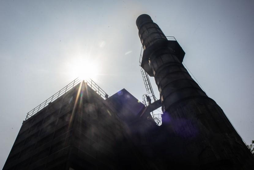 Petugas laboratorium Dinas Lingkungan Hidup DKI Jakarta memeriksa cerobong asap di pabrik peleburan baja PT Hong Xin Steel, Cakung, Jakarta, Kamis (8/8/2019).