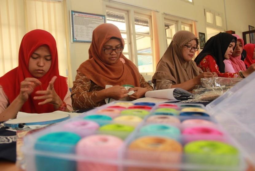 Pelatihan keterampilan menyulam bagi perempuan penyandang  disabilitas di Aula Dinas P3P2KB Kabupaten Sleman, Jumat (9/8).