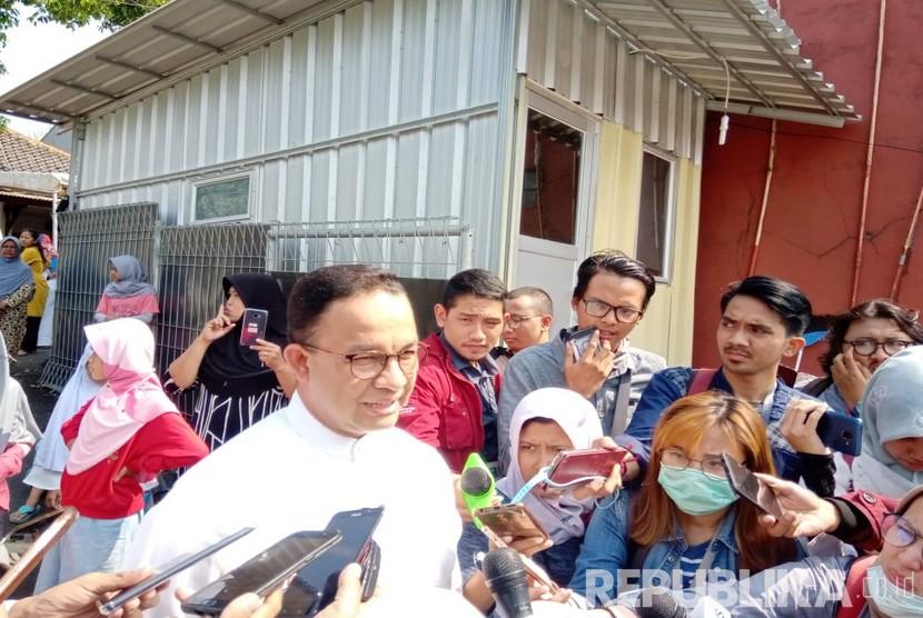Gubernur DKI Jakarta, Anies Rasyid Baswedan memberikan keterangan kepada awak media seusai melaksanakan kurban di Mushola Babul Khoeirot, RT 5/4, Cilandak Barat, Cilandak, Jakarta Selatan, Ahad (11/8).