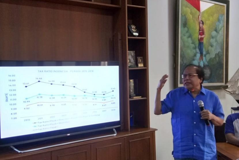 Mantan Menko Kemaritiman era Presiden Joko Widodo Rizal Ramli saat menyampaikan pandangan tentang kondisi ekonomi nasional di Jakarta, Senin (12/8).